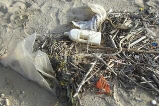 "Spiagge italiane ""soffocate"" dalla plastica: quasi 800 rifiuti ogni 100 metri"
