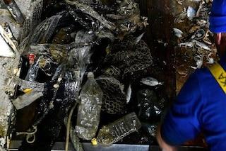 Pescatori italiani difendono il mare e raccolgono i rifiuti portandoli a terra (anche se è vietato)
