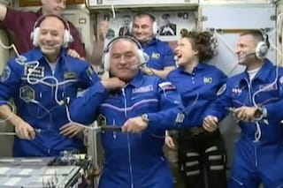"""Parmitano scherza sull'ISS, le sue prime parole: """"Sono pronto a lavorare, ma oggi è domenica"""""""