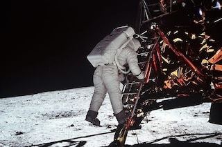 Non siamo mai stati sulla Luna: 5 tesi dei complottisti sull'Apollo 11 smontate dalla scienza