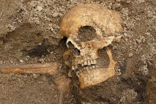 I resti di due rarissime barche funerarie vichinghe emersi da uno scavo in Svezia