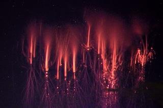 Meravigliosi spiritelli rossi infiammano i cieli del Nord Italia: cosa sono e come si formano