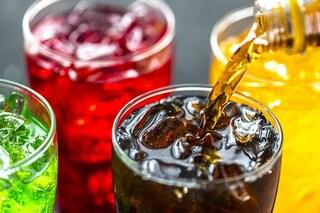 Due bicchieri di bibite al giorno aumentano il rischio di morte: i danni dello zucchero