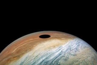 Eclissi solare su Giove: la meravigliosa immagine catturata dalla sonda Juno della NASA