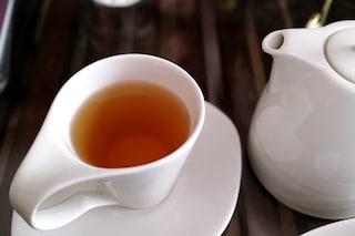 Le bustine di tè rilasciano miliardi di microplastiche nell'acqua: ecco cosa beviamo