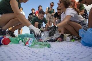 Plastica, Greenpeace svela quali sono i marchi che creano più rifiuti: da Coca-Cola a Nestlé
