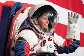 La NASA ha presentato le nuove tute spaziali per gli astronauti della missione Artemis sulla Luna