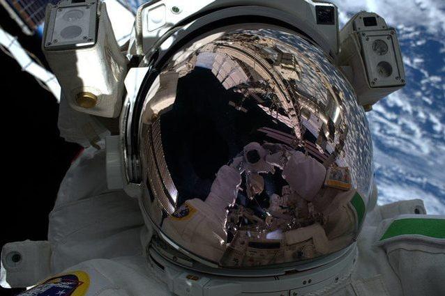 Luca Parmitano durante la EVA1 per la riparazione del rilevatore di particelle AMS–02. Credit: ESA/NASA–L.Parmitano