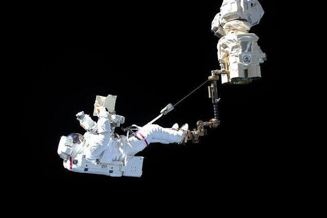 Luca Parmitano agganciato al braccio robotico Canadarm2, durante la sua prima EVA della missione Beyond. Credit: NASA/ESA