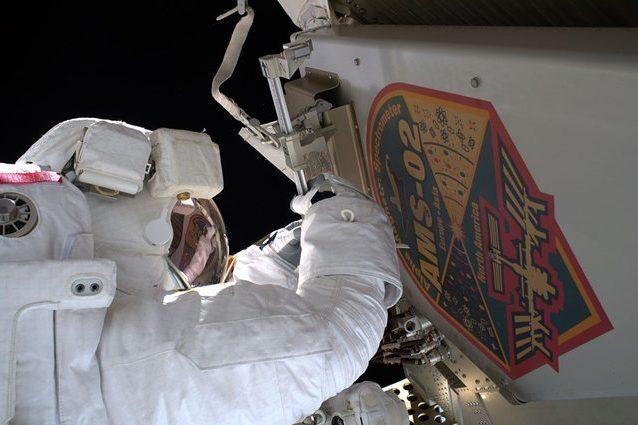 Luca Parmitano al lavoro sul rilevatore di particelle AMS–02. Credit: NASA/ESA