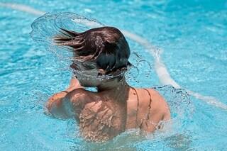 Scuotere la testa per rimuovere l'acqua rimasta nelle orecchie può danneggiare il cervello