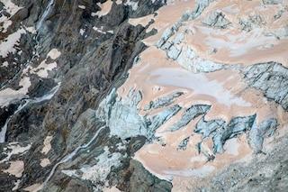 I ghiacciai della Nuova Zelanda si sono tinti di rosso: com'è possibile