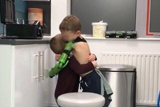 Grazie a un super arto bionico Jacob può finalmente abbracciare il fratellino