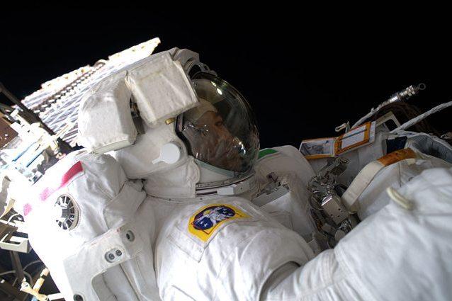 Luca Parmitano impegnato nella seconda EVA della misione Beyond. Credit: NASA/ESA