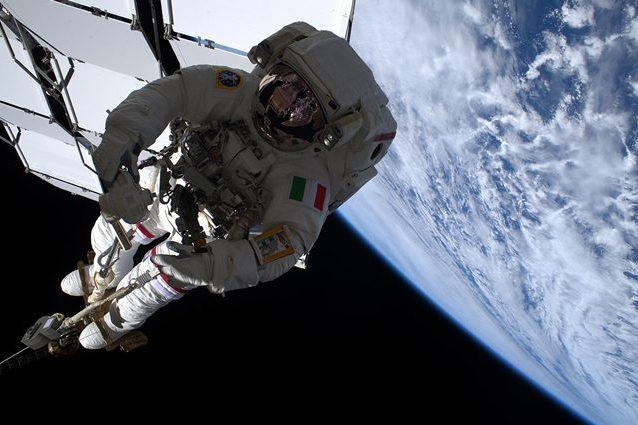 Luca Parmitano impegnato durante una EVA della missione AMS–02. Credit: ESA/NASA