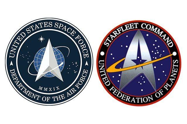 A sinistra, il logo della Space Force americana, a destra il logo di Star Trek
