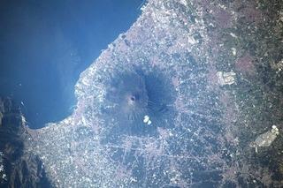 Il Vesuvio visto dallo spazio è una meraviglia: il nuovo, magnifico scatto di Parmitano