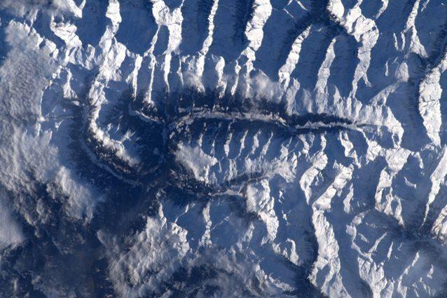"""Le Alpi """"come una spina dorsale"""" immortalate da Luca Parmitano. Credit: Luca Parmitano/ESA"""