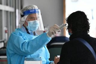 Coronavirus, trasmissione prima dei sintomi più diffusa del previsto: lo indicano 2 studi