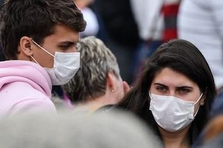 """""""Il coronavirus si trasmette anche con aerosol"""": l'appello su mascherine in tutti i luoghi chiusi"""
