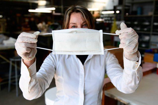 Coronavirus, l'allarme dell'Iss: sulle mascherine può resistere fino a 4 giorni