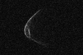 """Oggi l'asteroide """"con la mascherina"""" passerà vicino alla Terra: come osservarlo"""