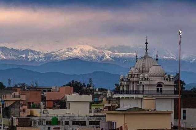 L'Himalaya visto da Pathankot, una delle città più popolose del Punjab, in India, ora che l'inquinamento è calato in risposta al lockdown per il Coronavirus / Twitter