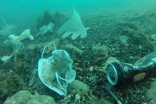 Mascherine e guanti abbandonati: si rischia la catastrofe ambientale a causa dell'inciviltà