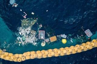Nel Pacifico c'è una mostruosa isola di plastica causata da noi: rifiuti fino a 2 km di profondità