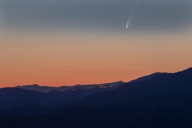La cometa C/2020 F3 immortalata dall'astro