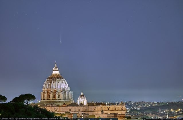 "La cometa NEOWISE ""sorvola"" San Pietro all'alba. Credit: Gianluca Masi/Virtual Telescope Project"
