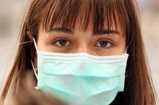 La mascherina riduce di 7 volte la nuvola di particelle di coronavirus prodotta dalla tosse