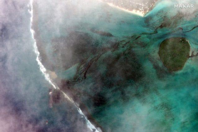 La nave MV Wakashio perde petrolio innanzi all'isola di Mauritius. Credit: Maxar