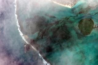 Nave perde mille tonnellate di petrolio davanti all'isola di Mauritius: rischio disastro ambientale