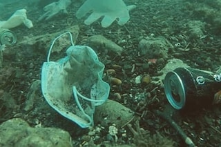 Come buttare le mascherine usate per evitare un disastro ambientale