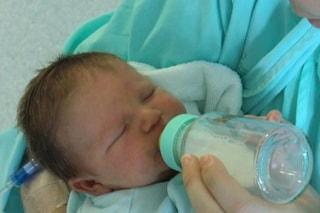 Perché gli scienziati hanno diluito le feci delle mamme nei biberon dei bambini nati con cesareo
