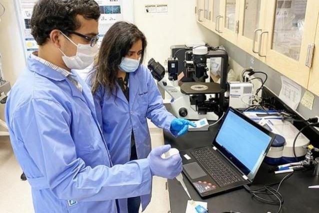 Gli scienziati dell'Università del Nevada testano il prototipo in laboratorio. Credit: Università del Nevada
