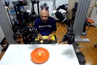 Tetraplegico da 30 anni taglia e mangia un dolce grazie a rivoluzionarie braccia robotiche: il video