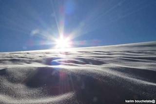 La neve imbianca il Sahara: le magnifiche immagini del raro fenomeno