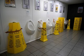 Gli aerosol generati dallo sciacquone nei bagni pubblici aumentano il rischio di Covid