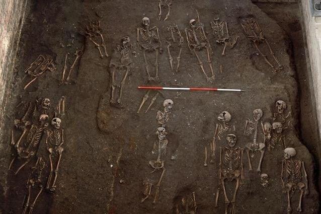 Scheletri in un cimitero medievale di Cambridge. Credit: Unità archeologica di Cambridge / St John's College