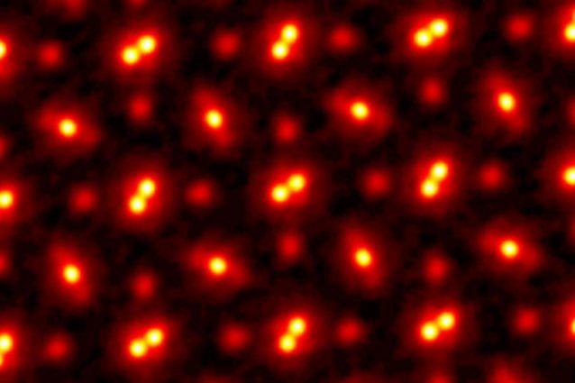 L'immagine degli atomi di un campione (cristallo di praseodimio ortoscandato, PrScO3) ottenuta dagli ingegneri della Cornell University di New York /