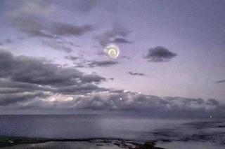 Questa misteriosa spirale è apparsa nei cieli del Pacifico meridionale: ecco cos'è