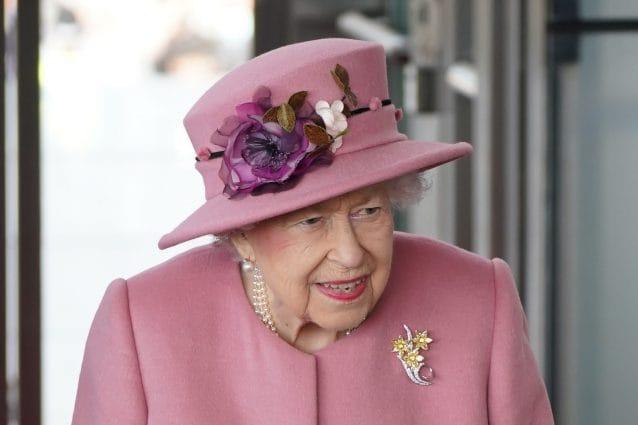 """Anche la Regina Elisabetta è stanca del """"bla, bla, bla"""" sul clima: """"Parlano ma non agiscono"""""""