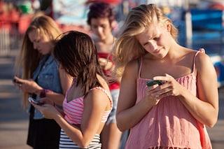 Gli adolescenti non escono più: gli incontri virtuali stanno sostituendo quelli reali