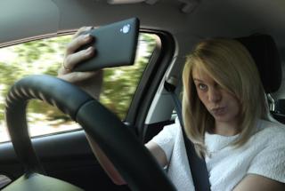 Sempre più persone inviano messaggi, videochiamano e si scattano selfie alla guida