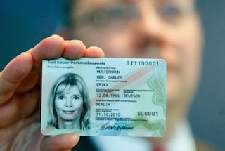 """Germania, bruciano le carte d'identità nel microonde: """"Non vogliamo essere tracciati"""""""