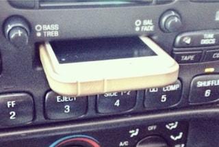 Inserisce l'iPhone nel vano per le musicassette: la foto diventa virale