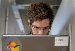 Firma per sbaglio le email con un nome femminile: uomo vittima di sessismo sul lavoro