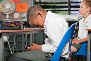 Tablet e smartphone, così i device vi rovinano la postura e l'umore